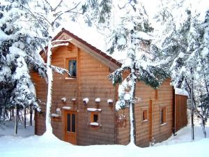 Die Standard-Blockhütte im Winter auf der Hirschalm.